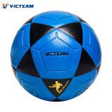 すばらしい屋外の青い通りのフットボールのサッカーボール