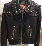 입는 여자의 리베트 확실한 가죽 재킷