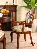 Jantando a mobília de madeira da cadeira