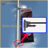 街灯柱のポール・ディスプレイの節約器を広告する屋外の通り
