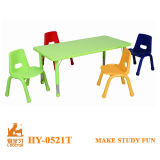 競争および多彩な子供の椅子