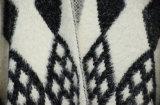Le donne slacciano il maglione del poncio con il bordo della frangia