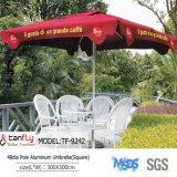 La publicité du parasol extérieur estampé employant dans le jardin