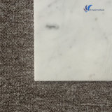 カラーラの磨かれた自然で白い石造りのタイル