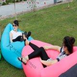 Os miúdos dirigem o sofá inflável da cadeira do descanso do quintal ou o saco de sono inflável do coxim de assento