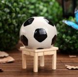 A caixa de dinheiro do banco Piggy da forma da esfera dos fan de futebol ostenta a cerâmica da esfera de futebol do encanto