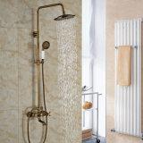 De Oppervlakte van de badkamers zet de Antieke die Tapkraan van de Douche van de Regenval van het Messing met het Spuiten van de Ton wordt geplaatst op Handshower
