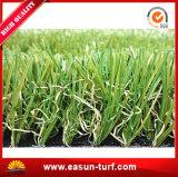 Ajardinando a grama artificial do gramado e o relvado sintético para ajardinar