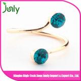 El último anillo de dedo del oro de las señoras diseña el anillo cristalino