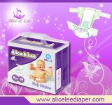 Le bébé tirent vers le haut la couche (ALSA-S)
