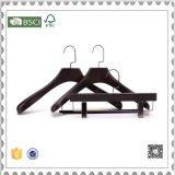 De houten Hanger van de Broek met de Kleerhanger van Klemmen