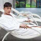 Peignoir blanc d'hôtel de coton de propriétaire