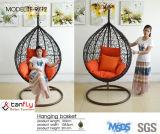 現代様式の屋外の快適な金庭は大人のための椅子を振る