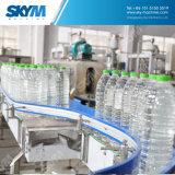 Planta de produção três giratórios da água mineral em um plástico engarrafado