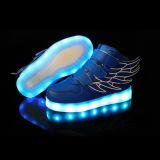 Способ девушки мальчика малыша крылов освещает вверх ботинки USB тапок поручая с СИД
