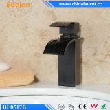 Schwarzes Kugel-Badezimmer-gesundheitlicher Wasserfall-Wannen-Messinghahn