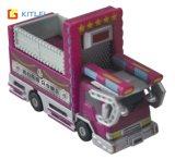 子供のプラスチックおもちゃは車をトラックで運ぶ