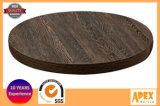 木製の円卓会議の上のメラミンレストラン型のテーブルの上
