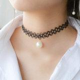 上品な女性の黒くか白い真珠のペンダントが付いているハンドメイドのチョークバルブの入れ墨のネックレス