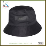 El doble de encargo echa a un lado sombrero negro del compartimiento con la escritura de la etiqueta tejida