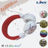Auricular colorido del diseño con insignia de encargo