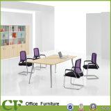 Pó que reveste a tabela da mesa da reunião do escritório de projeto simples