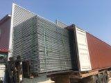 建築現場のチェーン・リンクの網の一時塀