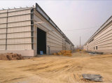 レンガ壁が付いている軽い鉄骨構造の倉庫