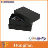 Rectángulo de empaquetado de papel negro de lujo del lazo con insignia ULTRAVIOLETA del punto