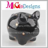 かわいいぽっちゃりしたブタの点が付いている陶磁器の銭箱の貯金箱