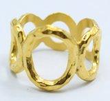 Cerimonia nuziale di aggancio delle coppie dell'oro degli anelli di cerimonia nuziale dell'acciaio inossidabile