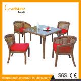 古代方法喫茶店の庭の応接室の家具の藤のソファーの椅子および表セットを復元しているヨーロッパ人