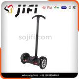 ハンドルが付いている電気スケートボードのバランスをとっている2つの車輪の情報処理機能をもった自己