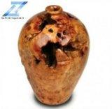 Racine en bois découpant la grande urne faite main antique