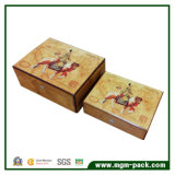 Piano lucido che vernicia il contenitore di sigaro di legno con la serratura