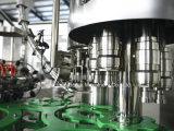Завод жидкостной воды заполняя разливая по бутылкам для пластичных бутылок