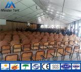La grande tenda del partito con le Tabelle e le presidenze provvedono agli eventi di mostra di cerimonia nuziale
