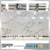 Brame artificielle blanche chaude de quartz de Calacatta des prix de vente pour des tuiles de mur