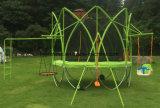 緑の標準的なトランポリンの子供のための屋外の楽しいゲーム