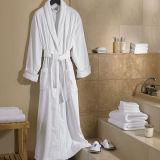 贅沢な最高のホテルの白いテリーのバス・マットの浴室の麻布