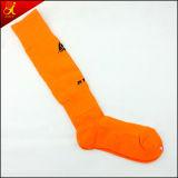 Il cotone bianco colpisce con forza il Lacrosse per gli uomini che portano i calzini di calcio