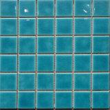 Piscine bleue glacée par fissure de Simlpe