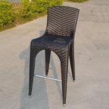 El pie acentuado alto de Brown preside la silla y el vector de mimbre de cana del Pub de la rota de los muebles de la barra del jardín de interior