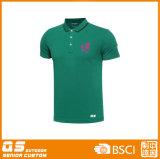 폴로 t-셔츠를 달리는 남자의 스포츠