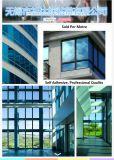 青い窓ガラスの表面の保護フィルム