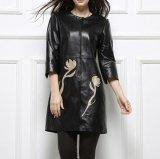 女性の本物の柔らかく薄い革のジャケット