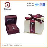 Красивое декоративное кольцо упаковки подарочной коробке с лентой