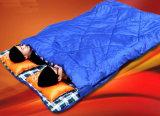 二重に屋外にキャンプにエンベロプの大きく暖かいスリープの状態であることBag