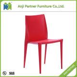 食事するためのシンプルな設計の赤い耐久のプラスチック椅子椅子(シンシア)を