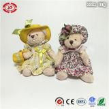 Плюшевый медвежонок милого причудливый плюша флористического платья сидя с мешком
